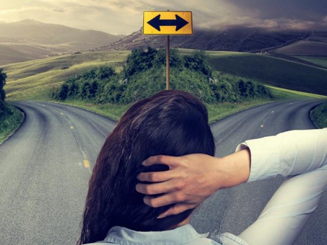 Дорога девушка смотрит в даль, развилка путей